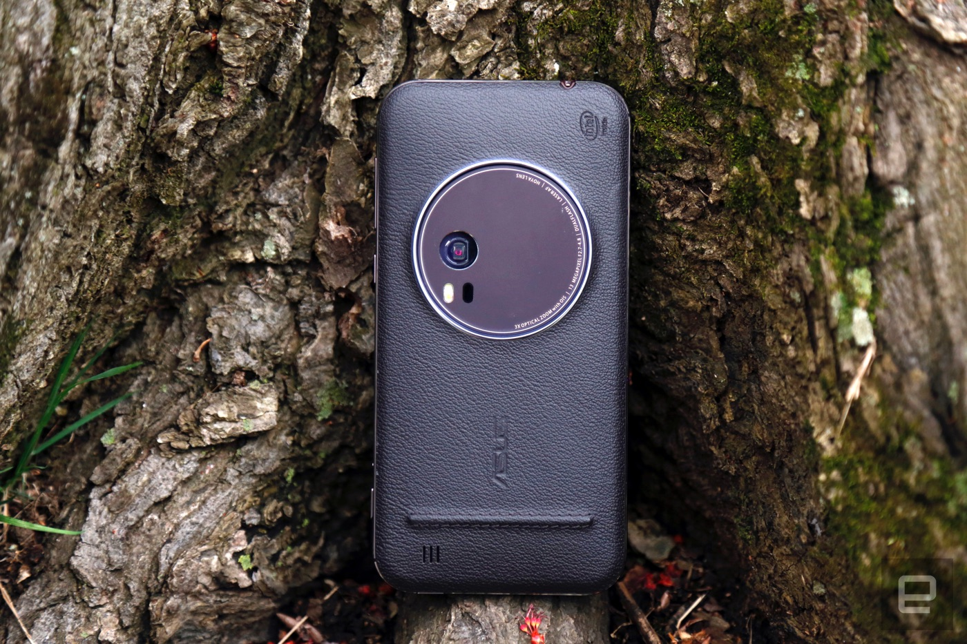 ASUS' ZenFone Zoom is ultimatelyintegrated held again with the aid of a mediocre sensor