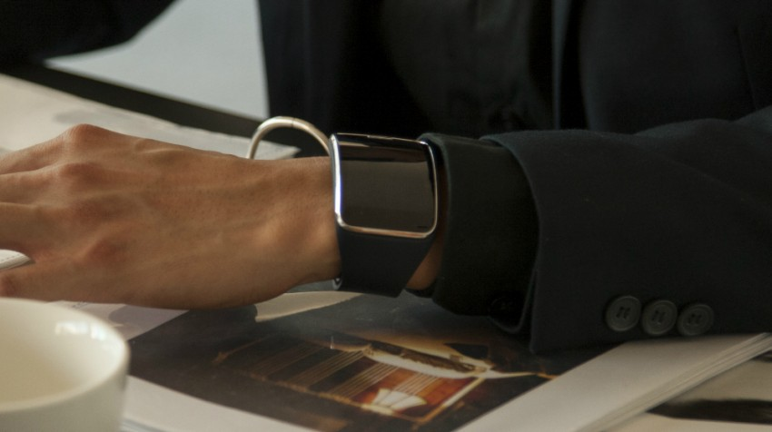 Samsung Throws a Curve with a Giant Display on the Gear S Smartwatch